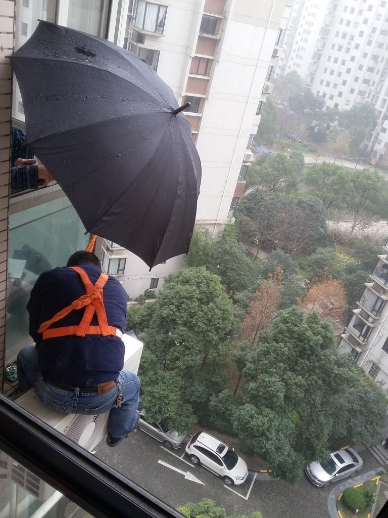 Un operaio cinese incurante dell'altezza
